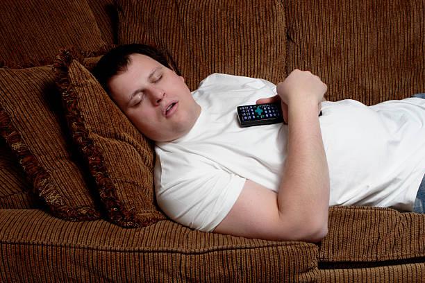 televisione sogni - divano procrastinazione foto e immagini stock