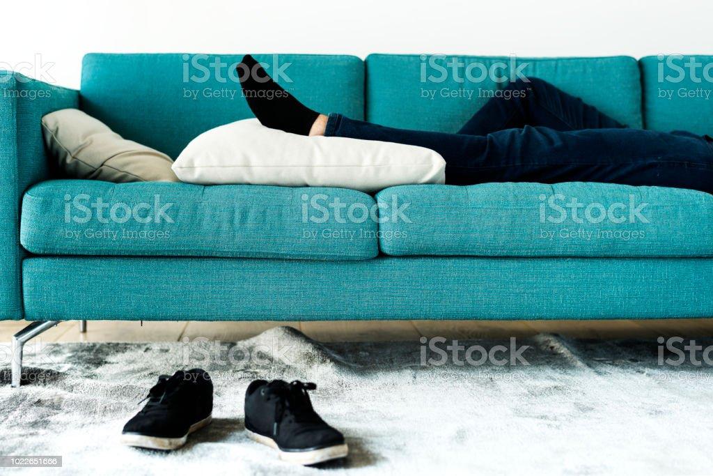 Mann schläft auf dem sofa – Foto