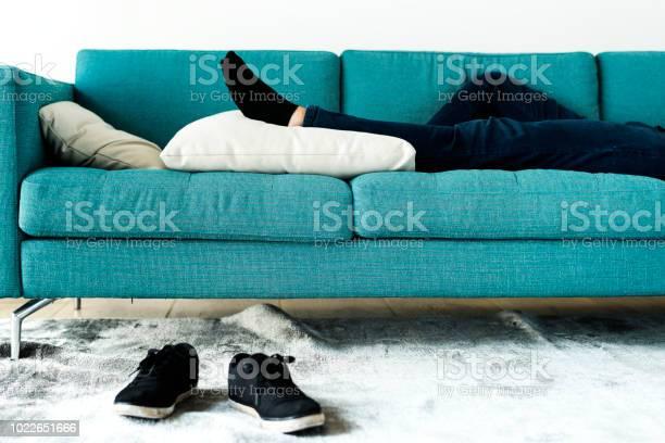 Man Slapen Op De Bank Stockfoto en meer beelden van Appartement