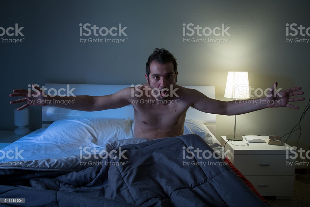 Man sleepless in his bed screaming after nightmare - foto stock