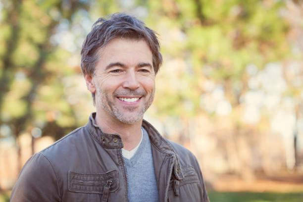 Mann lächelnd im Park – Foto