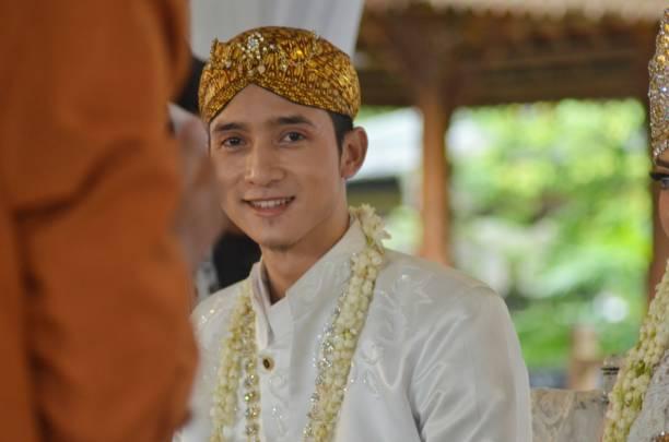 Um homem sorrindo no dia do seu casamento - foto de acervo