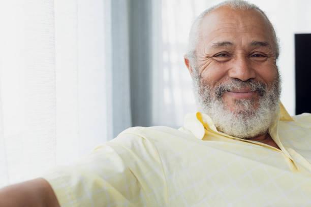 Mann lächelnd in einem Raum – Foto