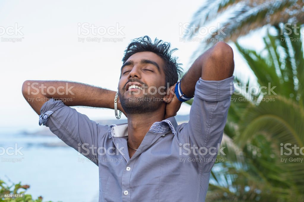 1e36cb64e Hombre sonriente mirando para arriba a cielo azul profundo hálito  celebrando la libertad. Emoción humana