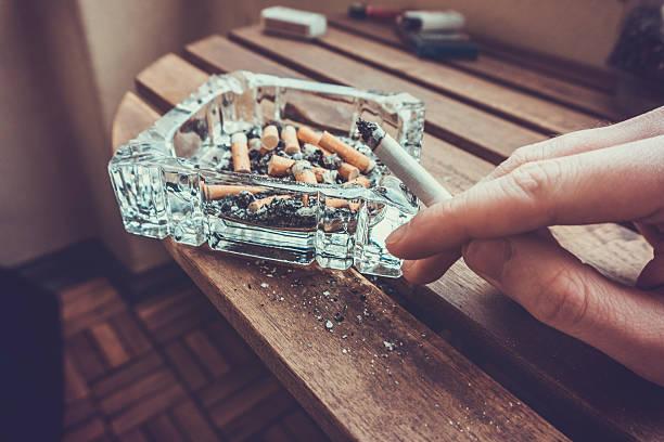 Hombre fumar un cigarrillo - foto de stock
