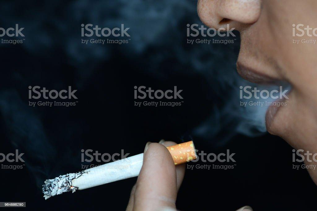 男子吸煙香煙 - 免版稅一個人圖庫照片