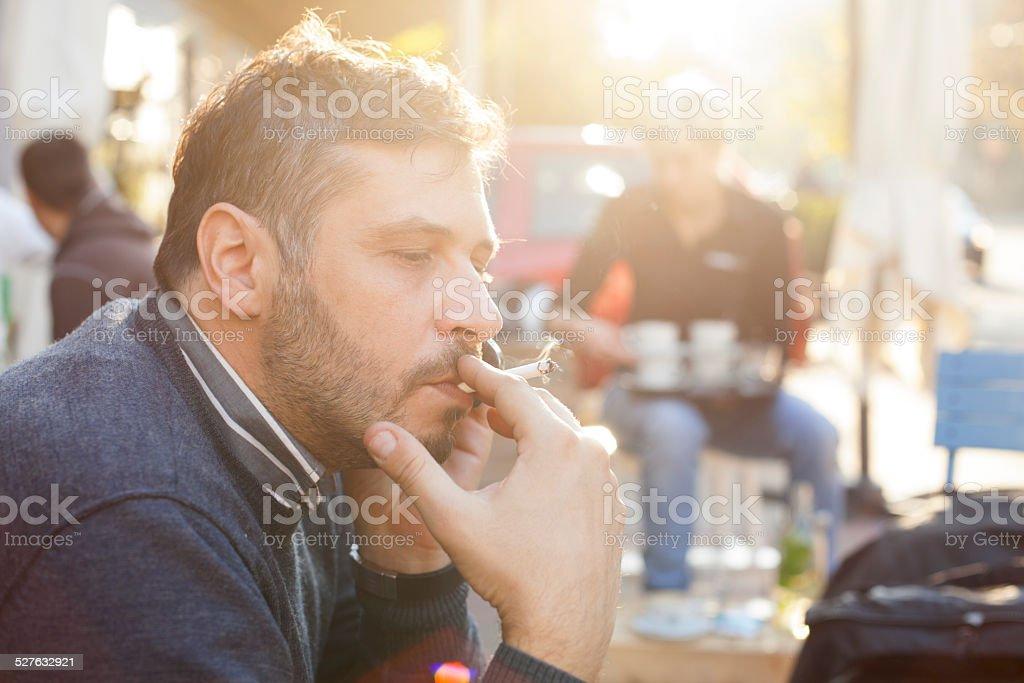 Mann Rauchen auf hellen, sonnigen Tag im Freien – Foto