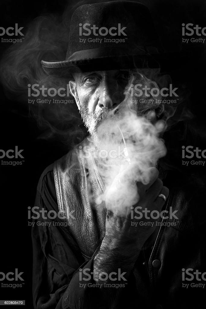 Man smoking the pipe - foto de acervo