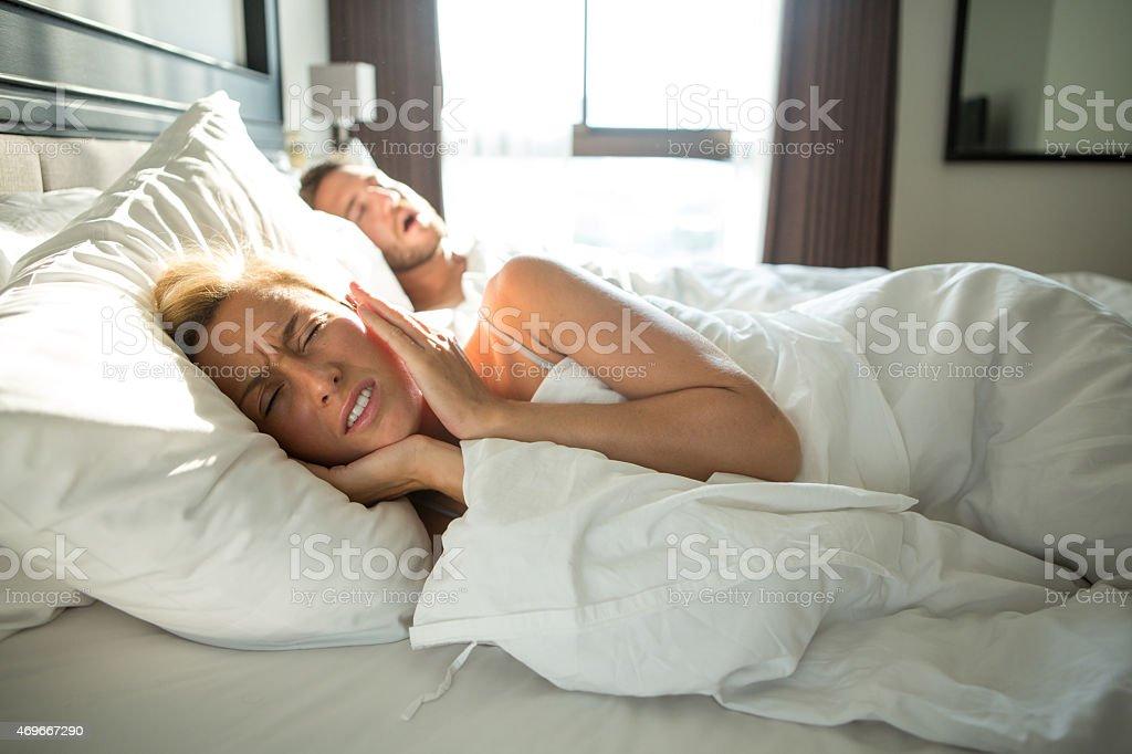 Mann Schnarchen, Frau verärgert-Paar im Bett – Foto