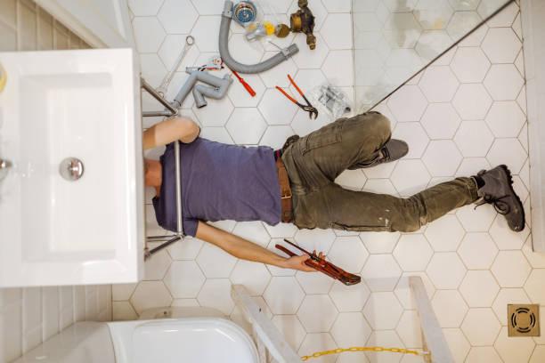 Mann löst Sanitäranlagen in seinem Badezimmer – Foto