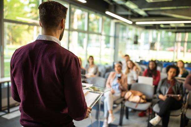Man spricht vor Publikum – Foto