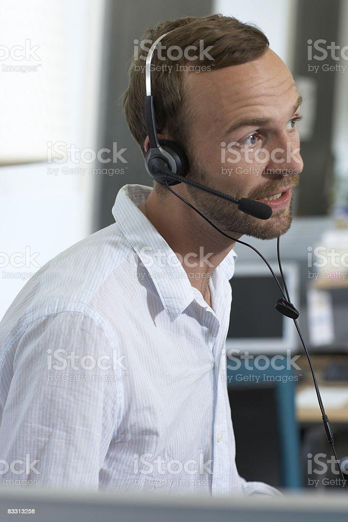 Uomo di parlare al telefono con cuffia foto stock royalty-free
