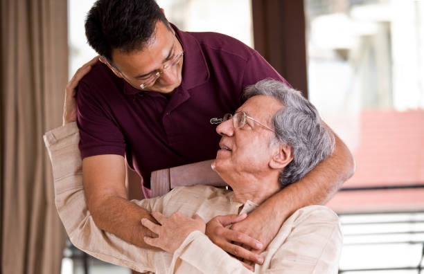 Mann verbringt Zeit mit seinem Vater zu Hause – Foto