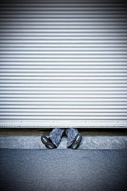 mann gepresste von roller shutter tür - garagentor mit tür stock-fotos und bilder
