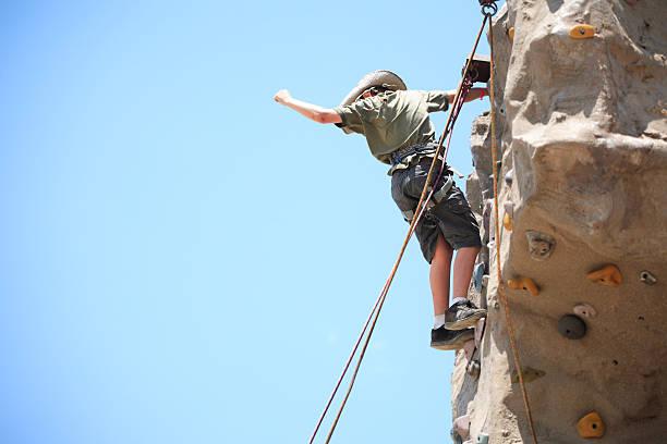 alpinismo niño - boy scout fotografías e imágenes de stock