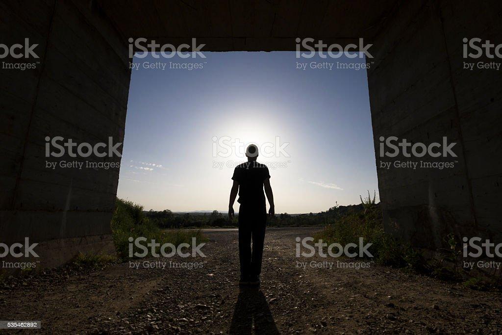 Fotografía de Hombre Parado En Gran Paso De Hormigón Del Edificio El ...