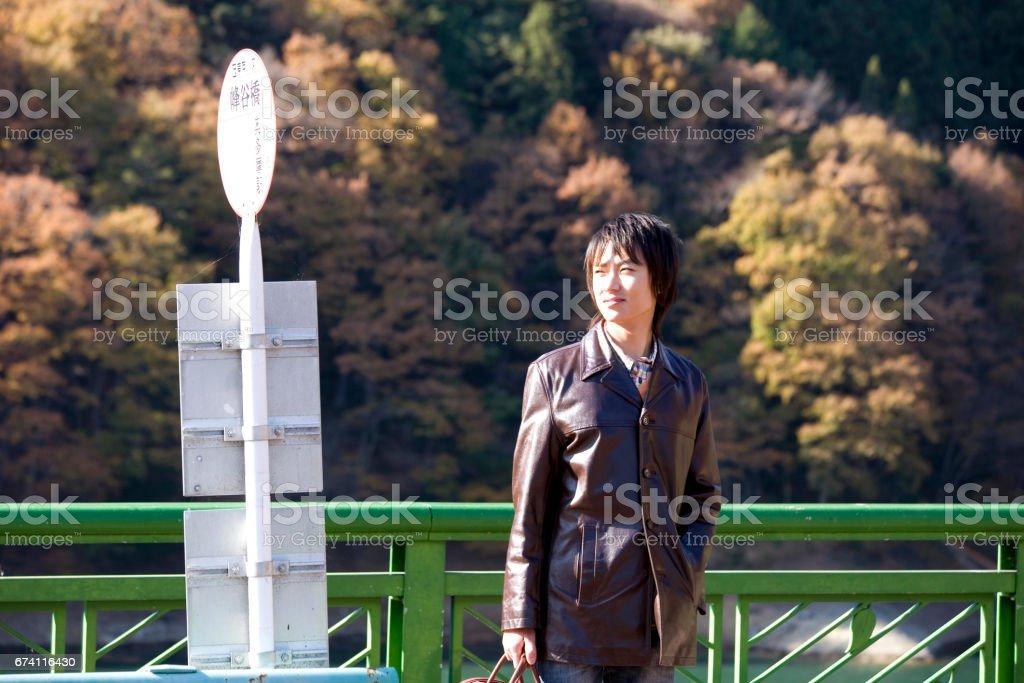 男人站在公共汽車站 免版稅 stock photo