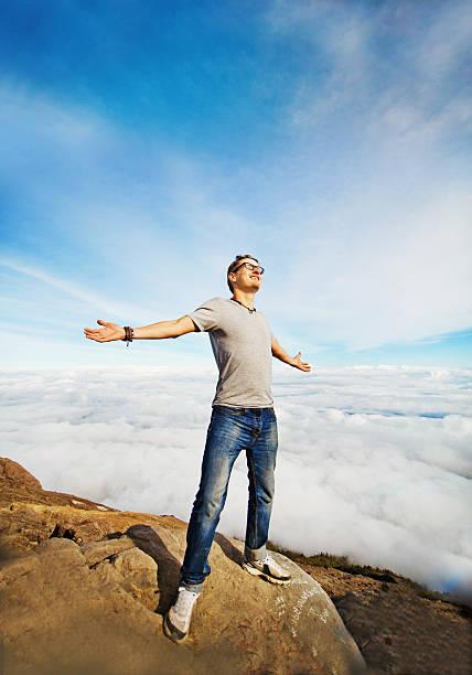 mann, steht an der spitze eines berges - bali last minute stock-fotos und bilder