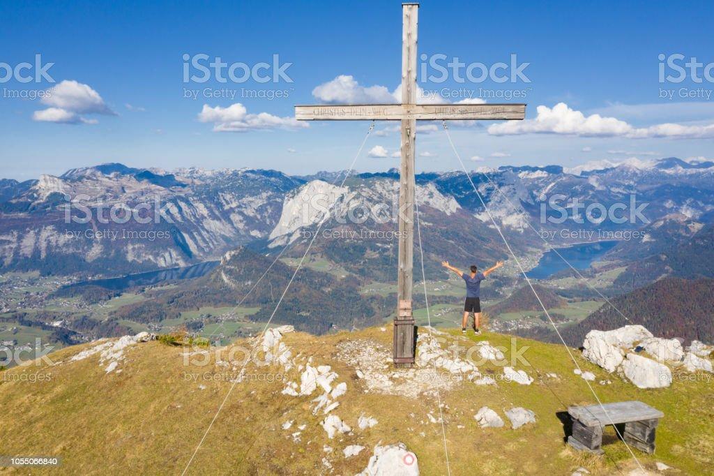 Mann Stand an der Zinken-Gipfelkreuz mit Blick auf das Ausseerland, Bad Aussee, Österreichische Alpen, Salzkammergut, Österreich – Foto
