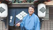 マン・スタンディングマッチ日本の木製の古いショップと笑顔