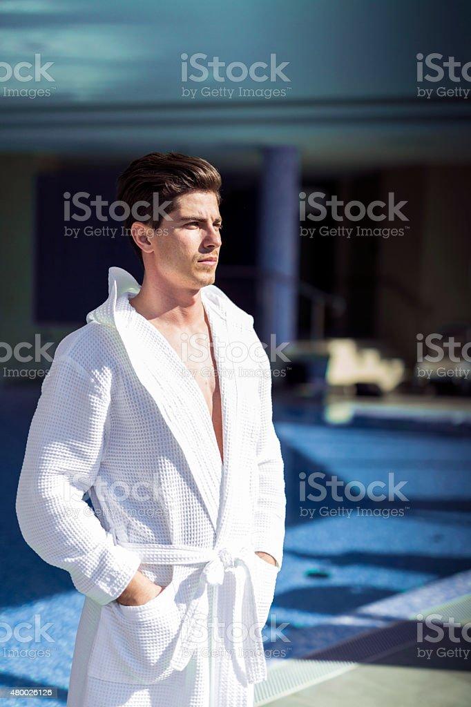 男性には、プールの横には、バスローブ ストックフォト