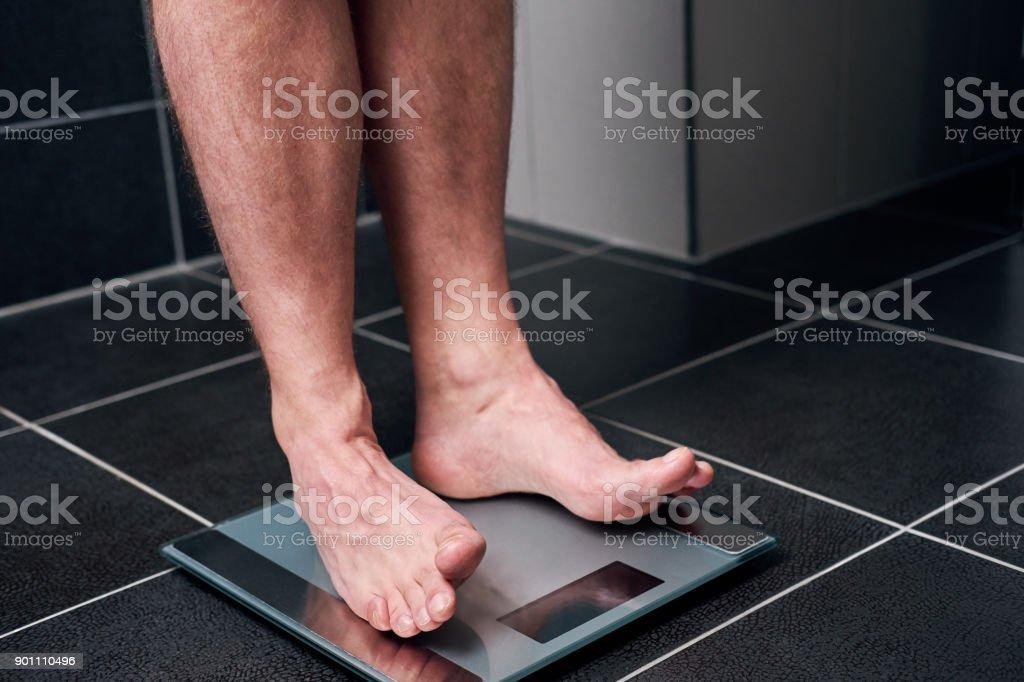 Mann auf einer Skala – Foto