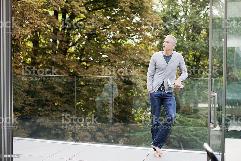 Mann auf Balkon mit buchen – Foto
