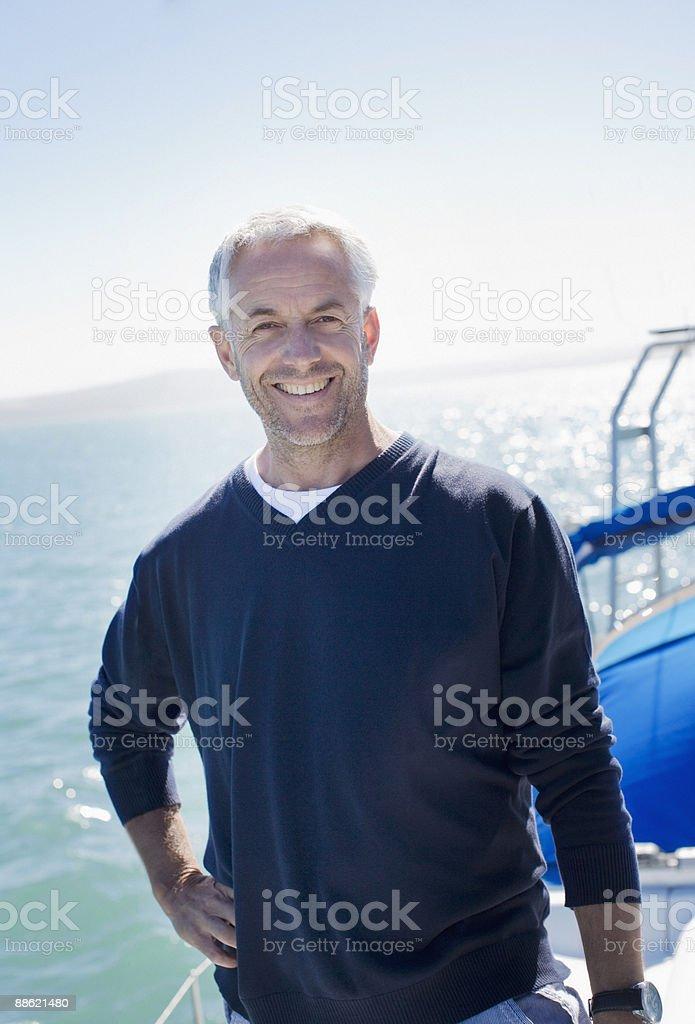 Homme debout sur le pont du bateau photo libre de droits