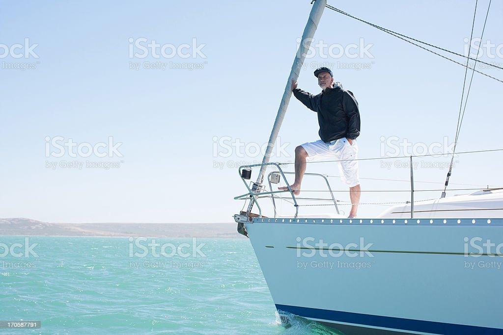 Mann stehen auf deck des Segelschiff – Foto
