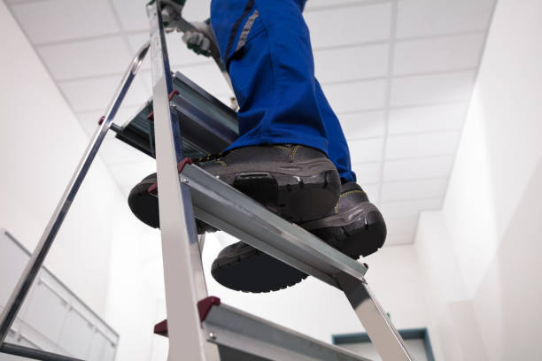 man die op de ladder - ladder stockfoto's en -beelden