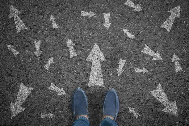 Mann auf der Straße mit vielen Möglichkeiten in Richtung Pfeil oder vorwärts bewegen. Konzeptlösung und Start. – Foto