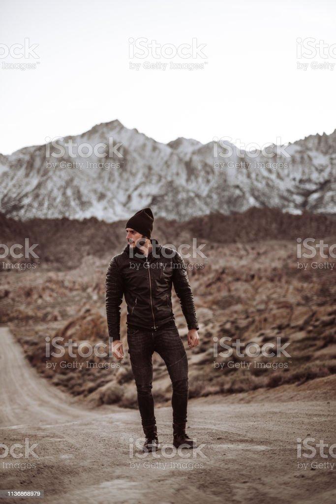 Mann steht auf den Alabama-Hügeln – Foto