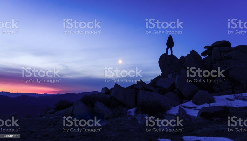 Mann auf den Felsen in der Einsamkeit – Foto
