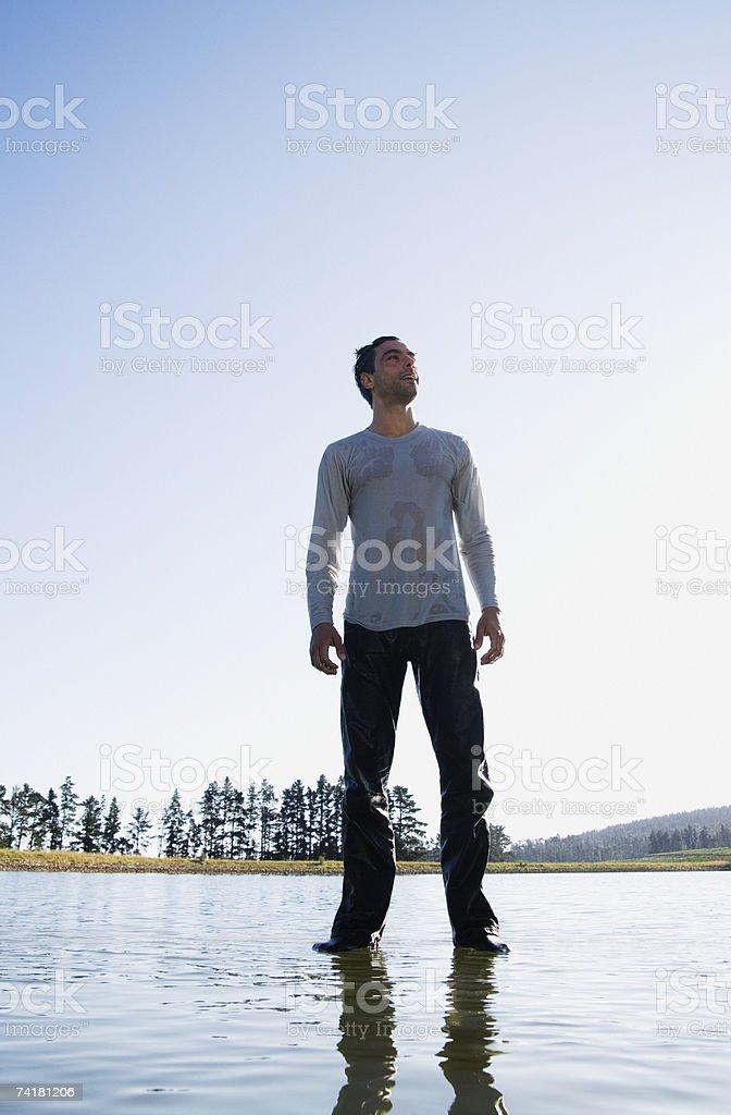 Homem de pé na água foto de stock royalty-free