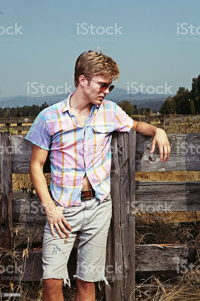 Man Standing Outside Wearing Sunglasses royalty free stockfoto
