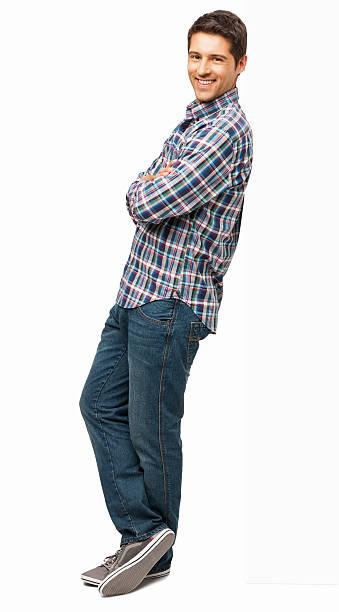uomo in piedi con le braccia incrociate-isolato - appoggiarsi foto e immagini stock