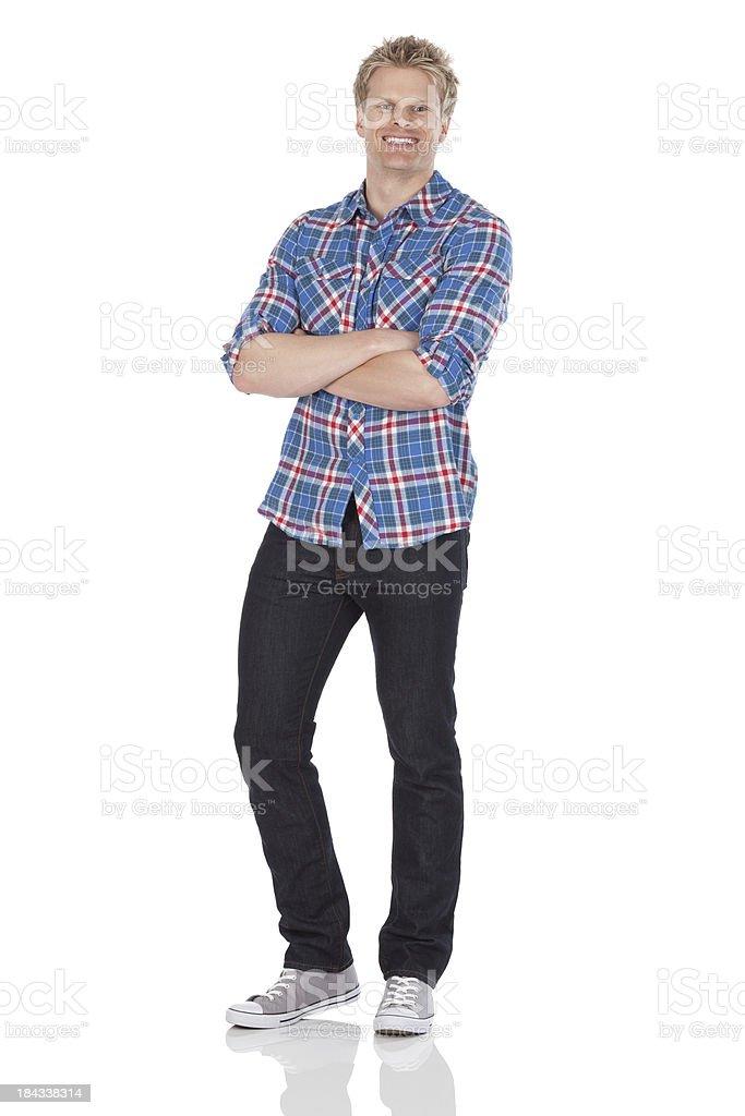 Homme debout avec les bras croisés - Photo