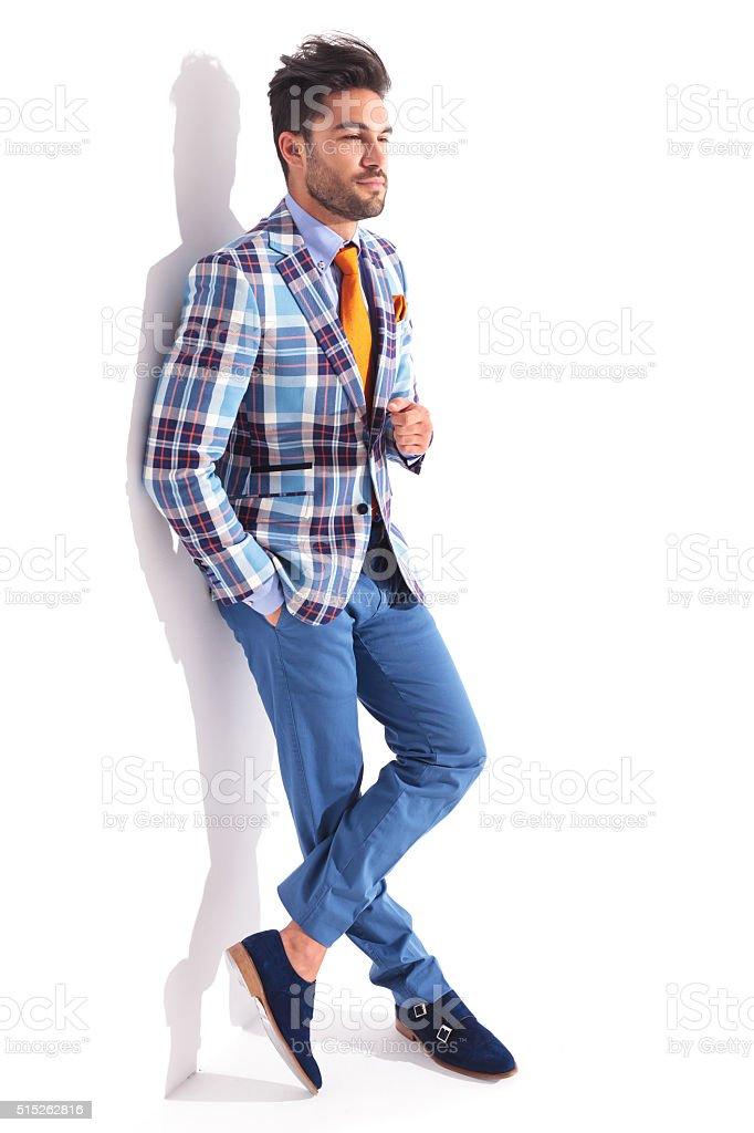 88ff95d684de Uomo in piedi con le gambe incrociate e la mano in tasca foto stock royalty-