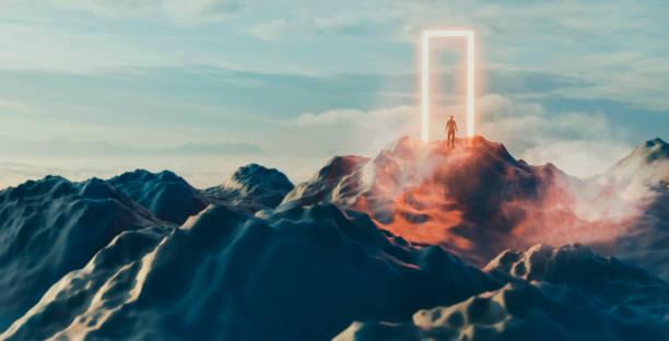 男は輝くポータルの前に立って、未知のに入ろうとしています - スピリチュアル ストックフォトと画像