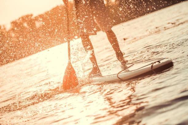 mann-standup-paddling - stehpaddeln stock-fotos und bilder