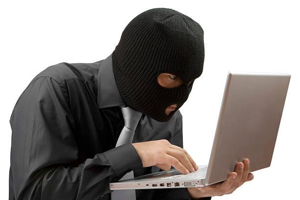 Mann stehlen Daten von einem laptop Isoliert – Foto