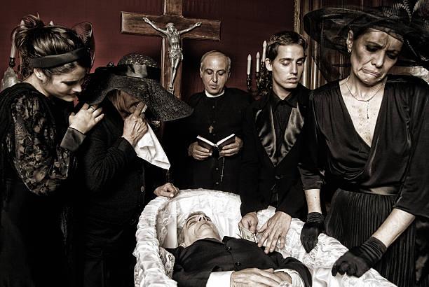 man stealing the dead. - funeral crying stockfoto's en -beelden
