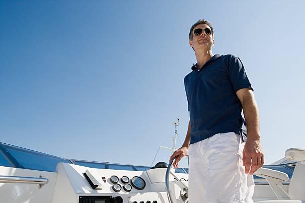 Mann steering einer yacht – Foto