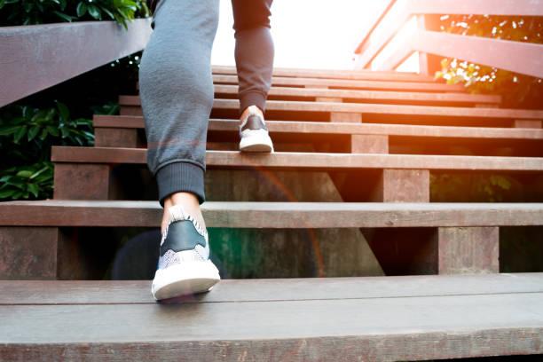 ein mann schritt bis zum erfolg, ist sport mann auf hölzernen stufe klettern. - orthopädisches hilfsmittel stock-fotos und bilder