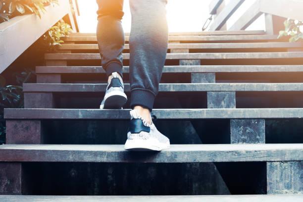 成功までの人のステップ、スポーツ人登山は木製ステップ - ステップ ストックフォトと画像