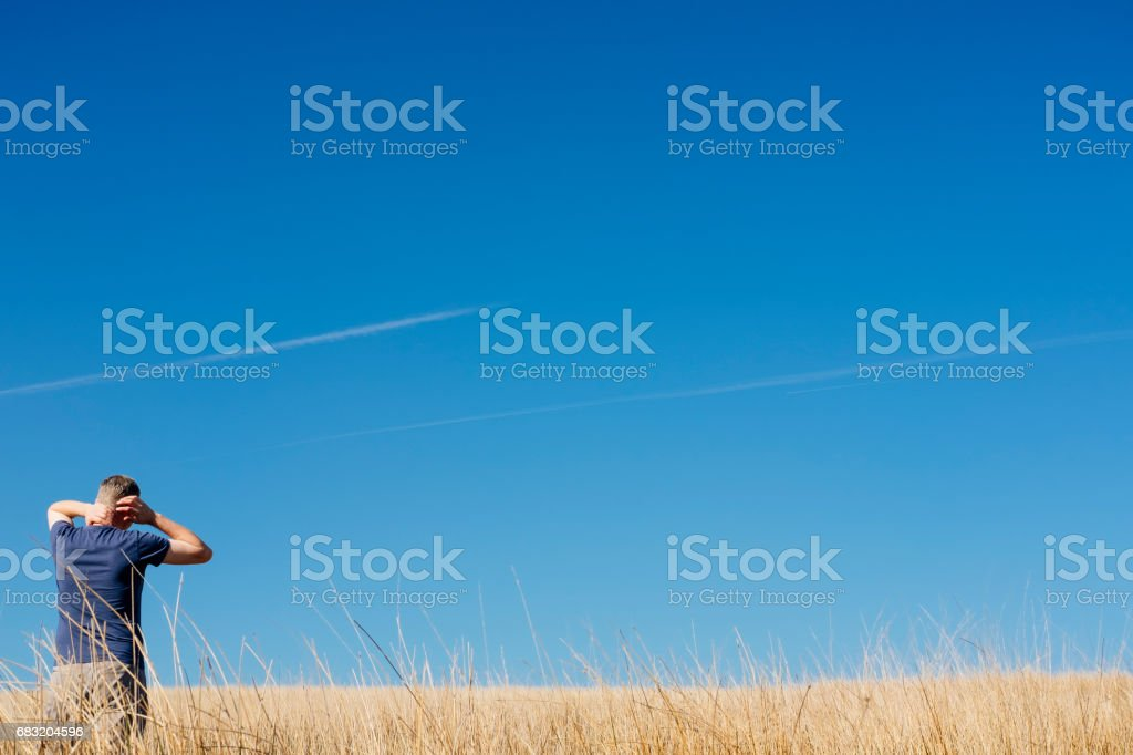Man stood looking out over empty Moorland grasses. foto de stock royalty-free