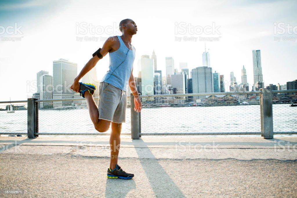 Mann stretching in New York Lizenzfreies stock-foto