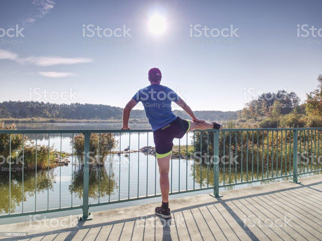 Mann, die Beine vor Lauf außerhalb im sonnigen Morgen. – Foto