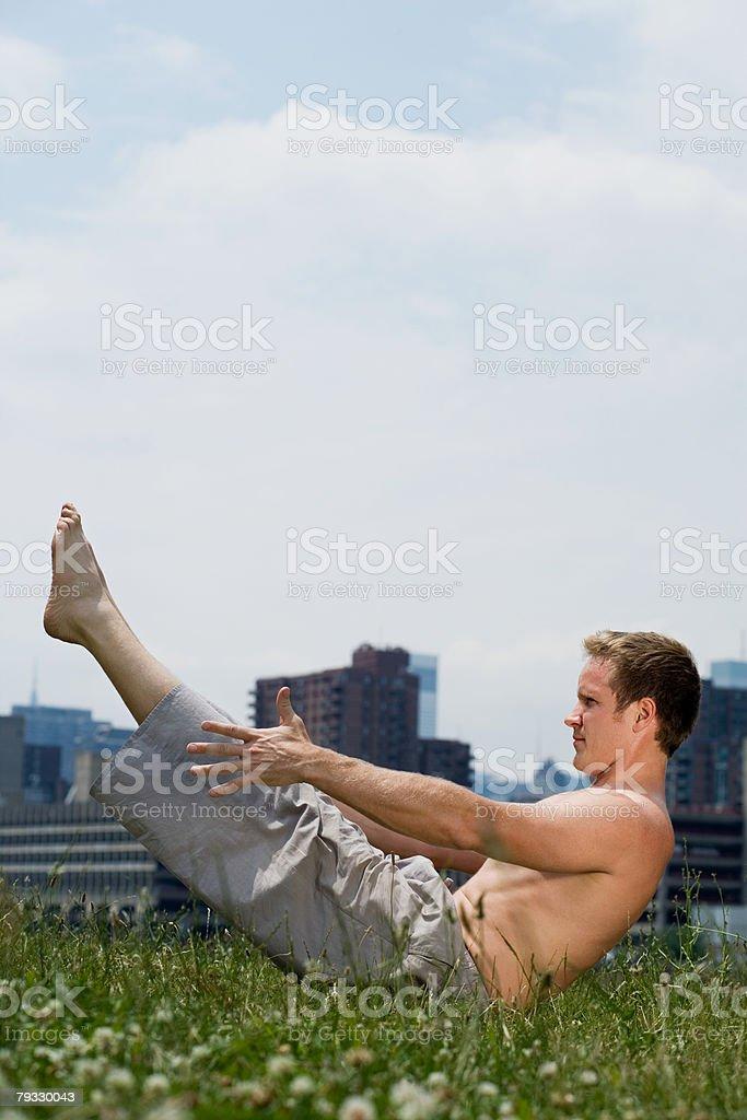 Um homem A fazer alongamentos foto de stock royalty-free