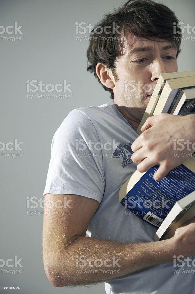 男性のに悪戦苦闘したパイルの書籍 ロイヤリティフリーストックフォト
